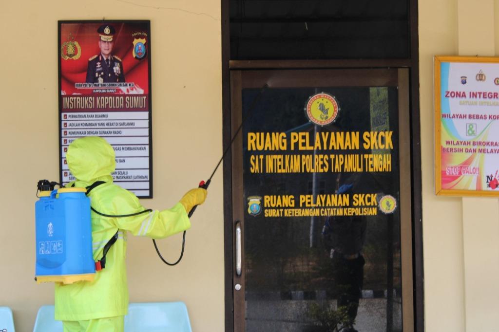 Petugas medis klinik Pratama Polres Tapteng menyemprot cairan desinfektan di ruangan pelayanan SKCK Mapolres Tapteng, Sabtu (21/3/2020). Penyemprotan ini sebagai langkah pencegahan penularan virus corona atau covid-19. Penyemprotan juga dilakukan di Mesjid Darusallam di lingkungan Mapolres Tapteng, serta beberapa rumah ibadah baik gereja dan mesjid di Kecamatan Pandan. Selain itu, personel polres Tapteng juga melakukan pencucian tangan dengan cairan antiseptik. Foto: Dokumentasi Humas Polres Tapteng