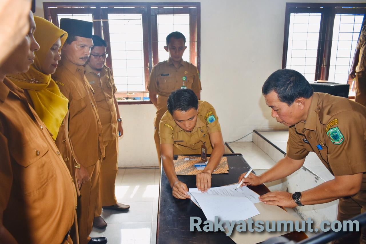 Prosesi pelantikan pengambilan sumpah 94 Kepala Sekolah tingkat SD dan SMP di aula Kantor BKD Paluta. Foto: Rakyatsumut.com/ Maraudin Siregar