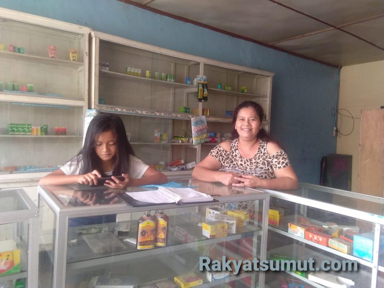 Apoteker di salah satu Apotek di Tarutung, Tapanuli Utara, Sumatera Utara. Foto: Rakyatsumut.com/ Paska Marbun