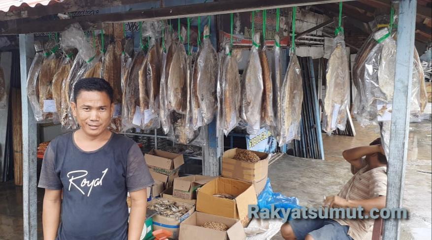 Rizal, pengusaha ikan asin di Kota Sibolga. Foto: Rakyatsumut.com/ Mirwan Tanjung