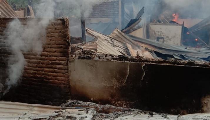 Kondisi kios pupuk milik Darwin yang hangus terbakar. Foto: Istimewa