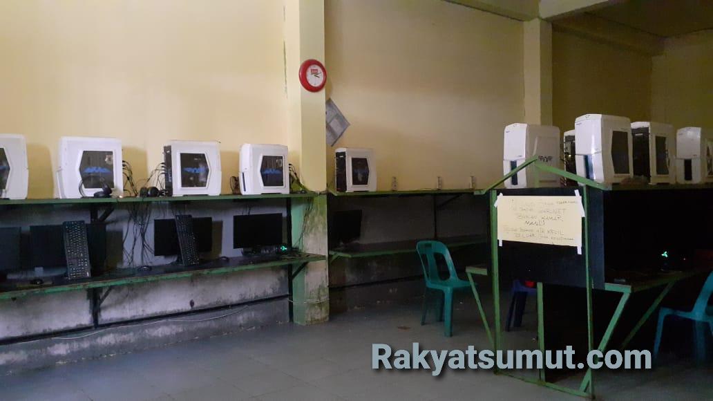Belasan komputer di warnet Aganet Sibolga tak beroperasi karena kebijakan penutupan warnet akibat Covid-19. Foto: Rakyatsumut.com/ Mirwan Tanjung