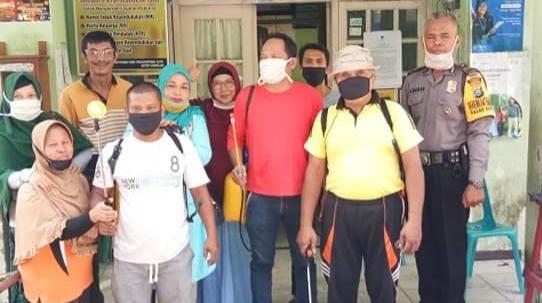 Foto bersama Lurah Pasar Baru, warga dan personel Polri serta TNI usai penyemprotan disinfektan. Foto: Istimewa