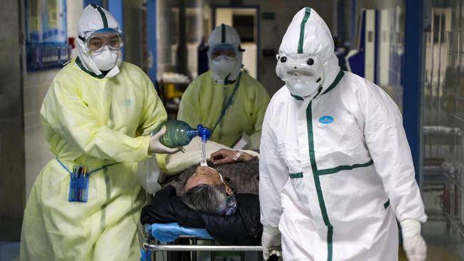 Petugas Medis mengenakan baju Hazmat saat menangani pasien. Foto: Ilustrasi