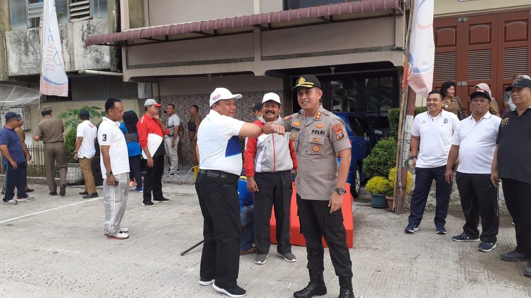 Wali Kota Sibolga Syarfi Hutauruk dan Kapolres Sibolga AKBP Triyadi memperagakan salam cegah covid-19. Foto: Fakyatsumut.com/ Mirwan Tanjung