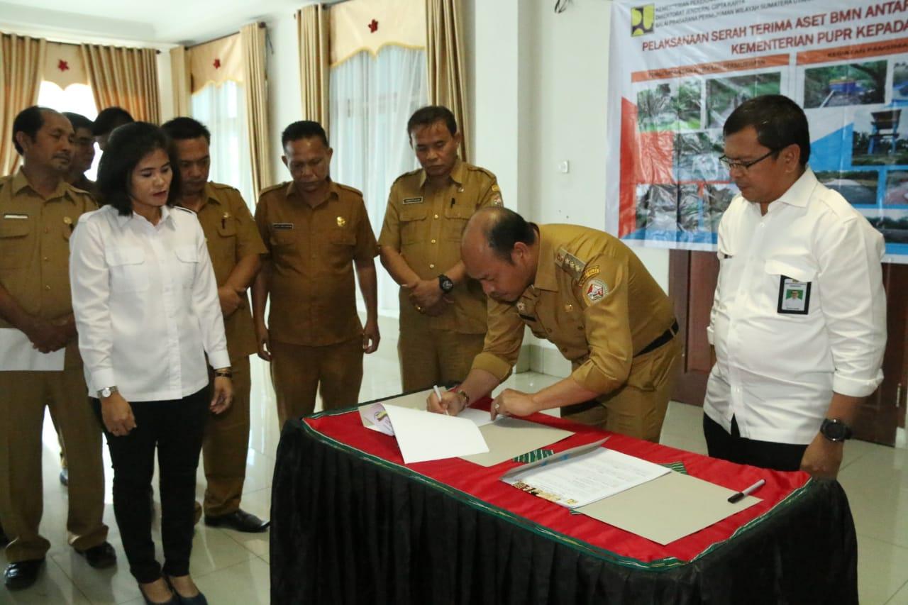 Bupati Taput Nikson Nababan, tandatangani berita acara serah terima aset dari Kementrian PUPR. Foto: Istimewa