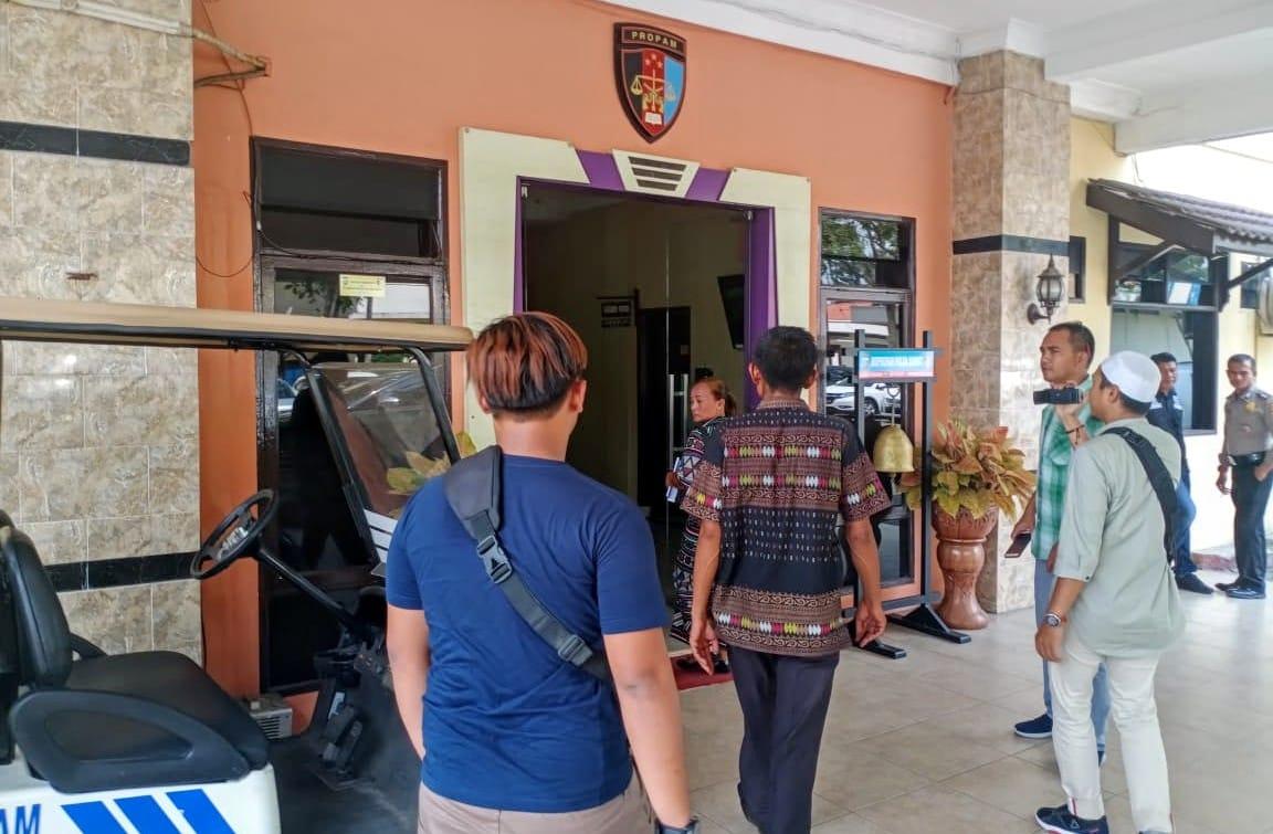 Heni dan keluarga mendatangi Polda Sumut untuk menuntut keadilan atas penyelidikan kematian suaminya. Foto: Rakyatsumut.com/ Ucis