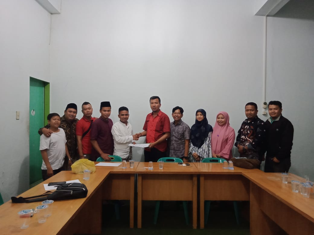 Azrul Hasibuan saat menerima SK Kepengurusan Pimpinan Daerah ISARAH Medan periode 2020/ 2025. Foto: Istimewa