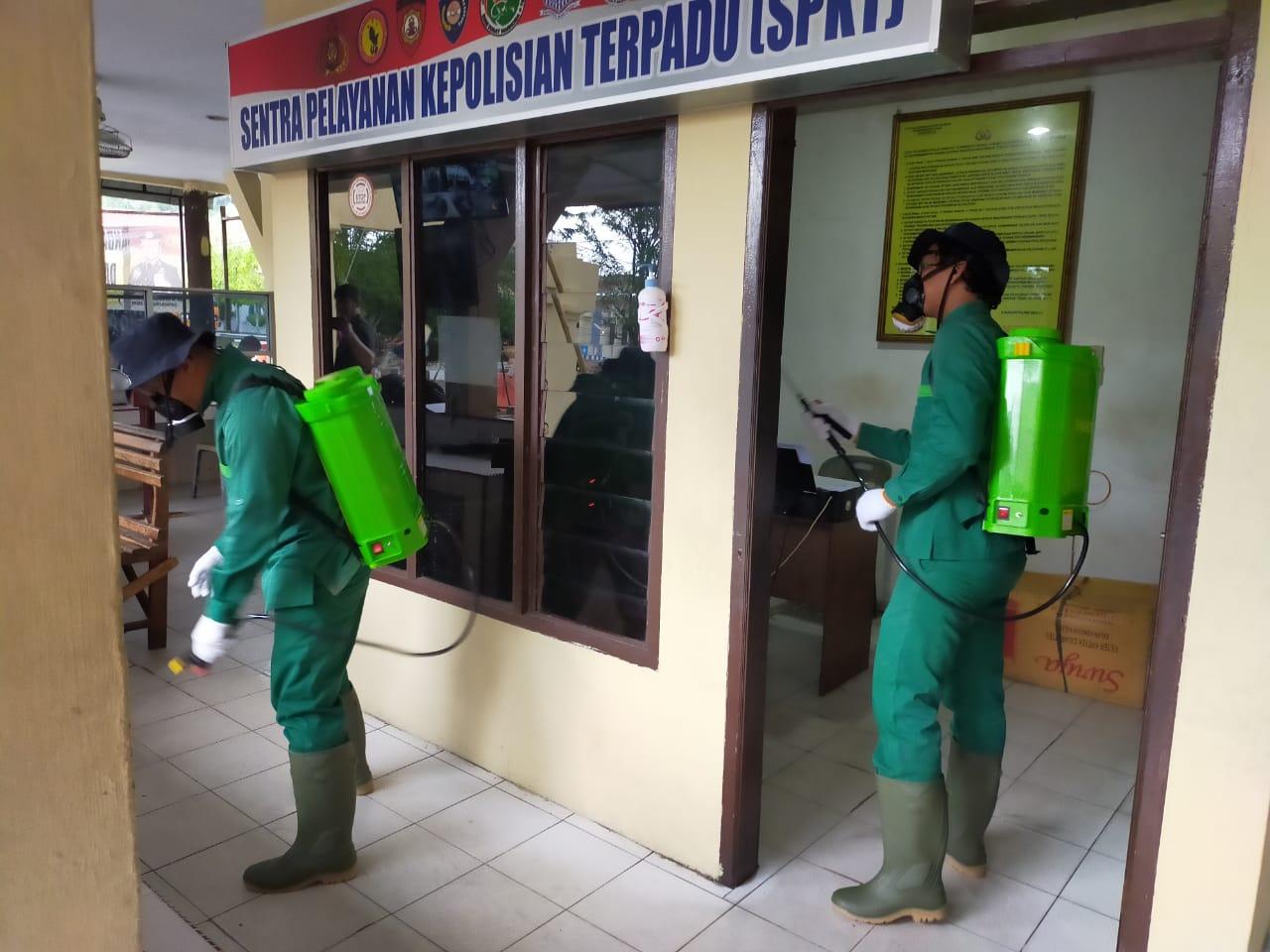 Penyemprotan desinfektan di Mapolres Sibolga. Foto: Istimewa
