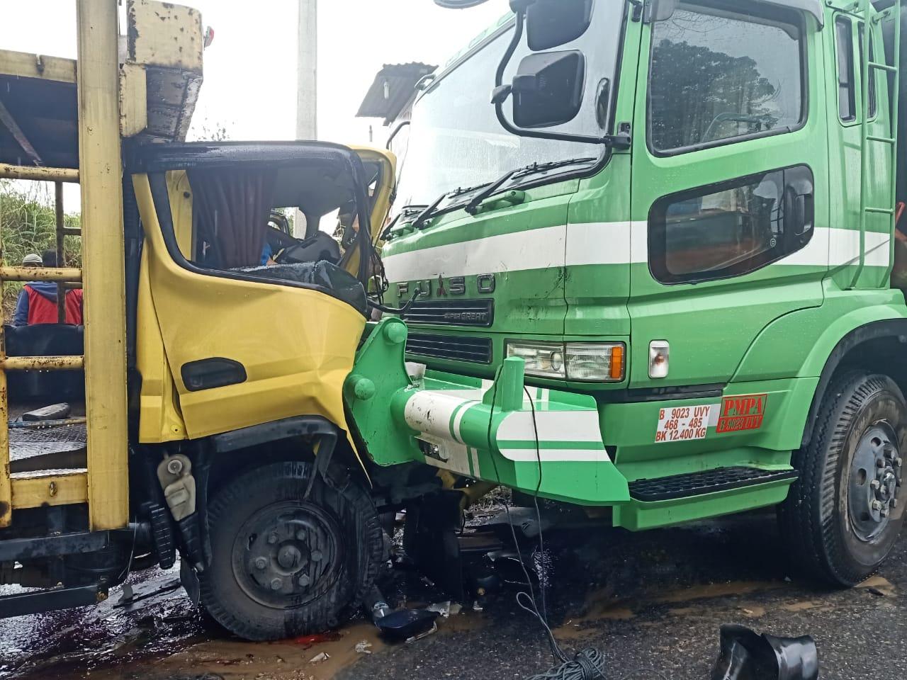 Kondisi fuso dan truk usai tabrakan di Silangkitang, Tapanuli Utara. Foto: Istimewa
