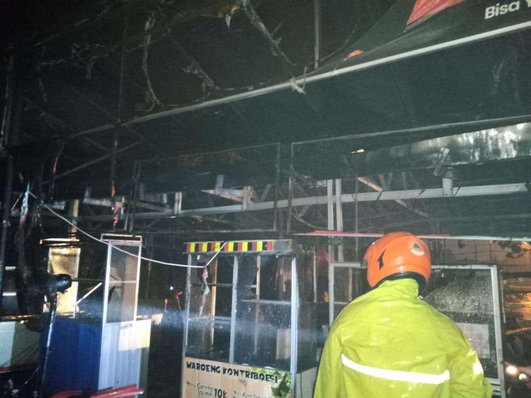 Kondisi kantin Gema USU setelah dilalap api Sabtu malam (21/3/2020). Foto: Dokumentasi BPBD Medan