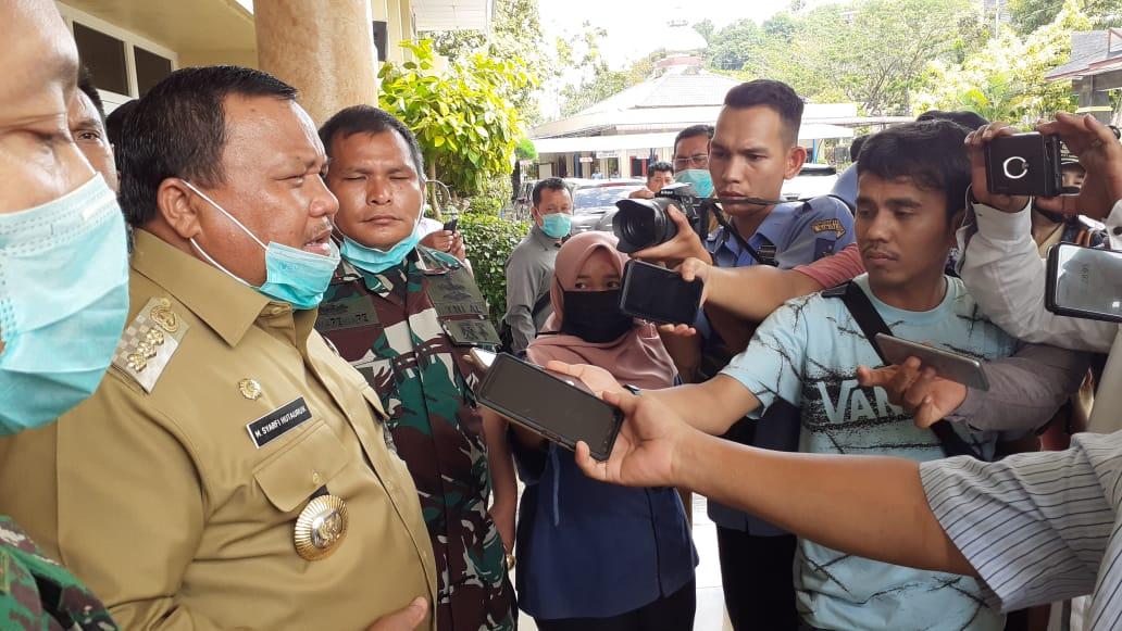 Wali Kota Sibolga Syarfi Hutauruk saat diwawancarai. Foto: rakyatsumut.com/ Mirwan