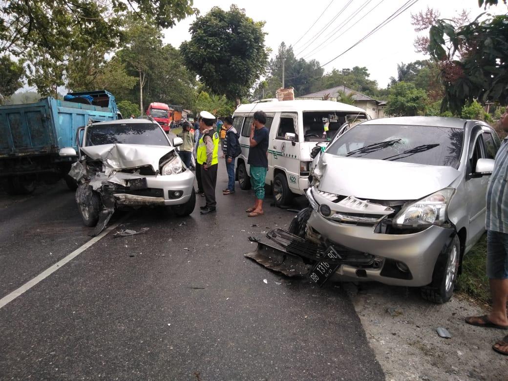 Polisi saat mengamankan situasi pasca kecelakaan beruntun di Taput. Foto: Dokumentasi Humas Polres Taput
