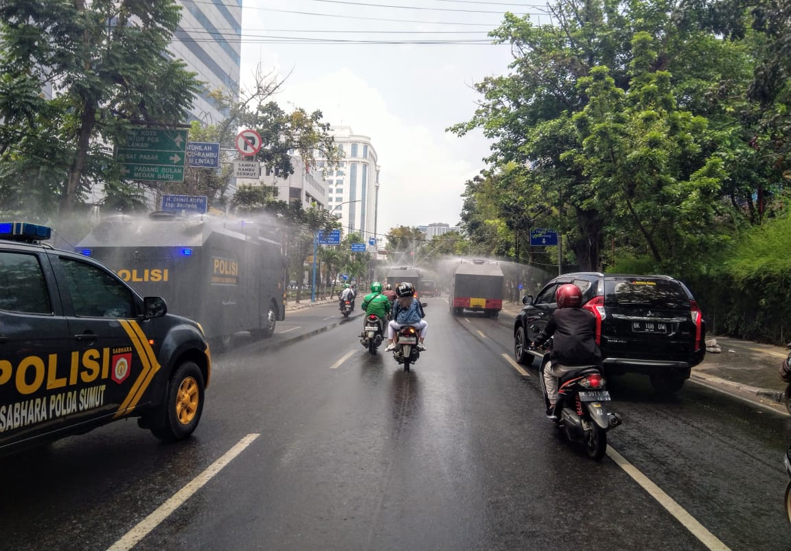 Tiga unit Mobil Water Canon Dit Samapta dan Satbrimobda Polda Sumut semprotkan cairan disinfektan di seluruh Jalan Protokol Kota Medan. Foto: Rakyatsumut.com/ Ucis