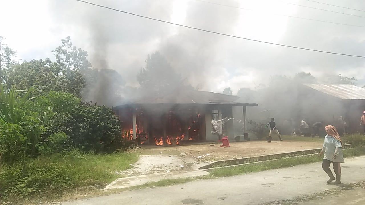 Kondisi Rumah Walter saat kebakaran hebat melanda. Foto: istimewa.