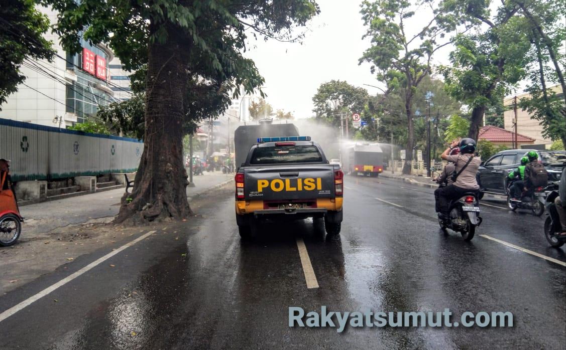 Mobil Water Canon milik Direktorat Samapta dan Brimobda Polda Sumatera Utara melakukan penyemprotan desinfektan di jalan protokol Kota Medan, Selasa (24/3/2020). Penyemprotan dilakukan sebagai upaya pencegahan penyebaran Covid-19. Foto: Rakyatsumut.com/ Ucis