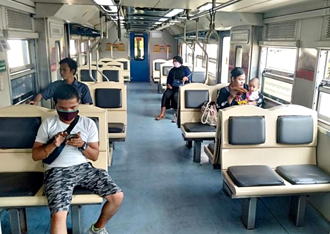 Suasana di dalam Kereta Api pasca pembatalan delapan KA. Foto: Dokumentasi PT KAI Divre I Sumut