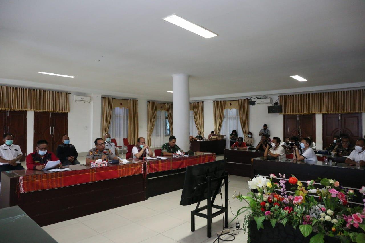 Bupati Taput dan Forkopimda saat konfrensi pers terkait penanganan Covid-19. Foto: Istimewa