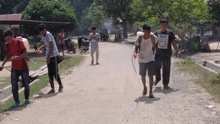 Pemerintah Desa Sihopuk Baru semprotkan disinfektan. Foto: Rakyatsumut.com/ Rifai Dalimunthe.