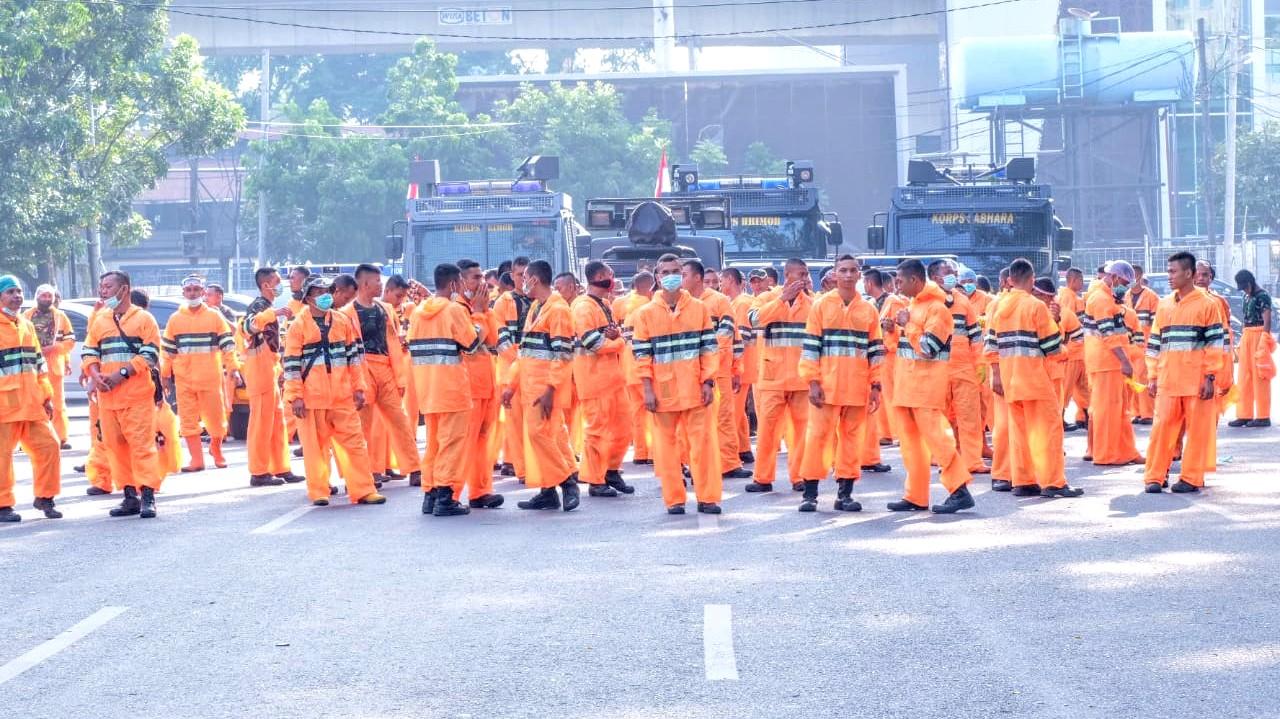 Tim Pencemprotan disinfektan saat apel gabungan di Lapangan Merdeka Medan. Foto: Dokumentasi Polda Sumut