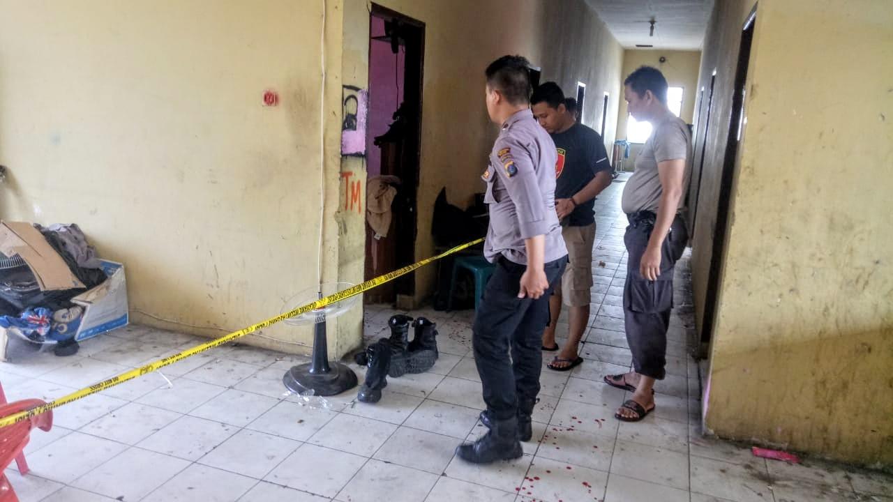 Sejumlah personel polisi melihat lokasi tewasnya anggota polri di Barak Mako Sat Sabhara Polrestabes Medan. Foto: Istimewa