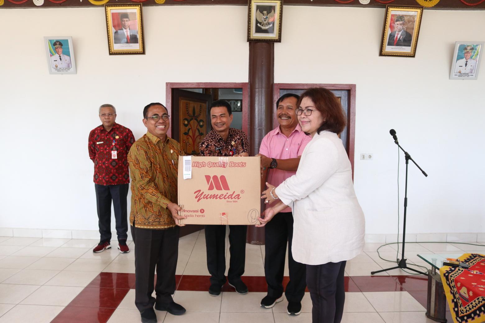Kepala Dinas Pariwisata Sumut Ria Telaumbanua menyerahkan APD kepada Wakil Bupati Nias Arosekhi Waruwu. Foto: Biro Humas dan Keprotokolan Setdaprovsu/ Parada Al Muqtadir