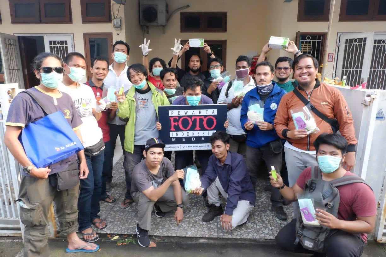 Anggota PFI Medan saat menerima masker dan vitamin dari XL Axiata. Foto: Dokumentasi PFI Medan