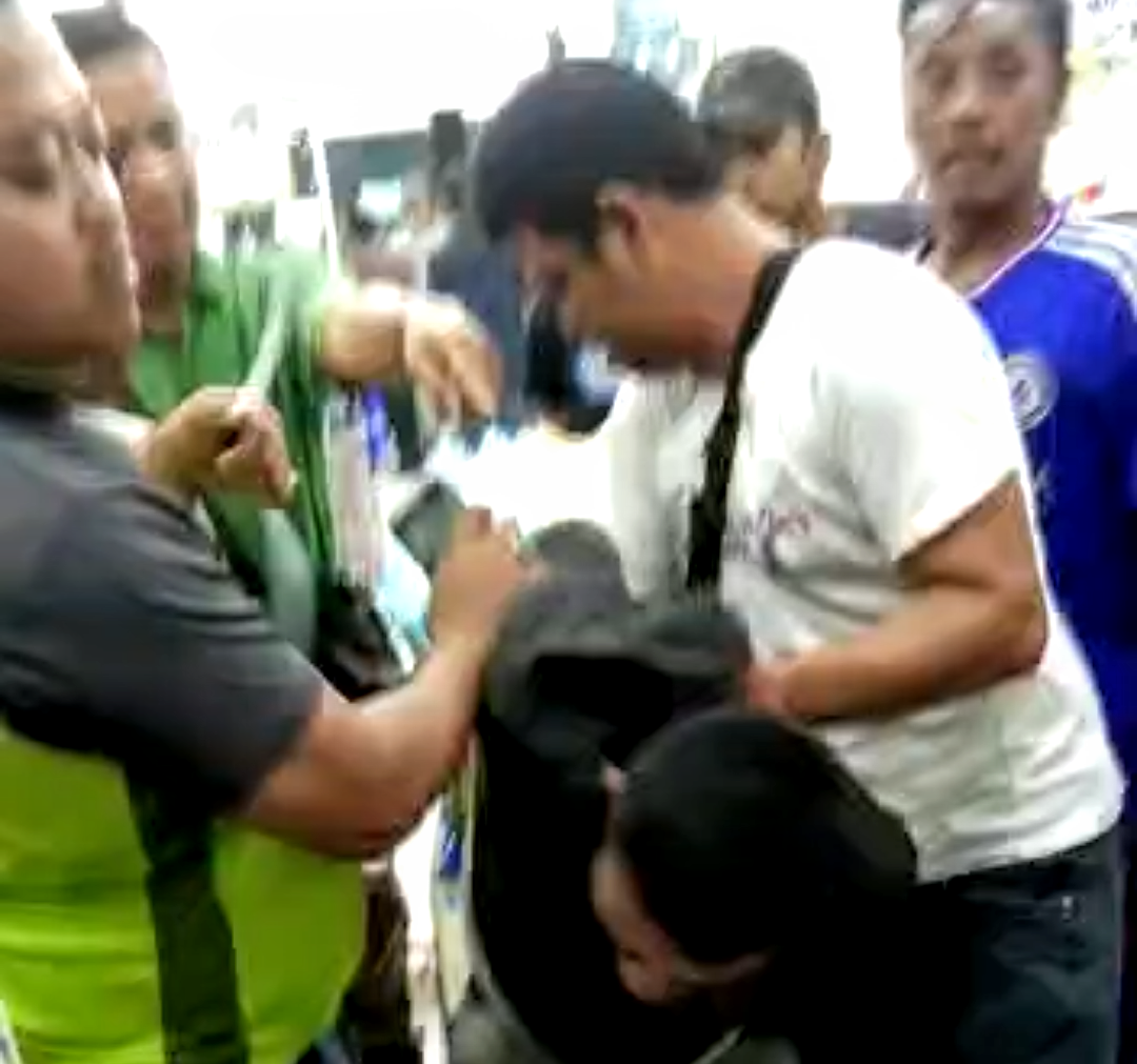 Video penangkapan pelaku pencurian di Minimarket Jalan Sisingamangaraja Medan. Foto: Screenshot