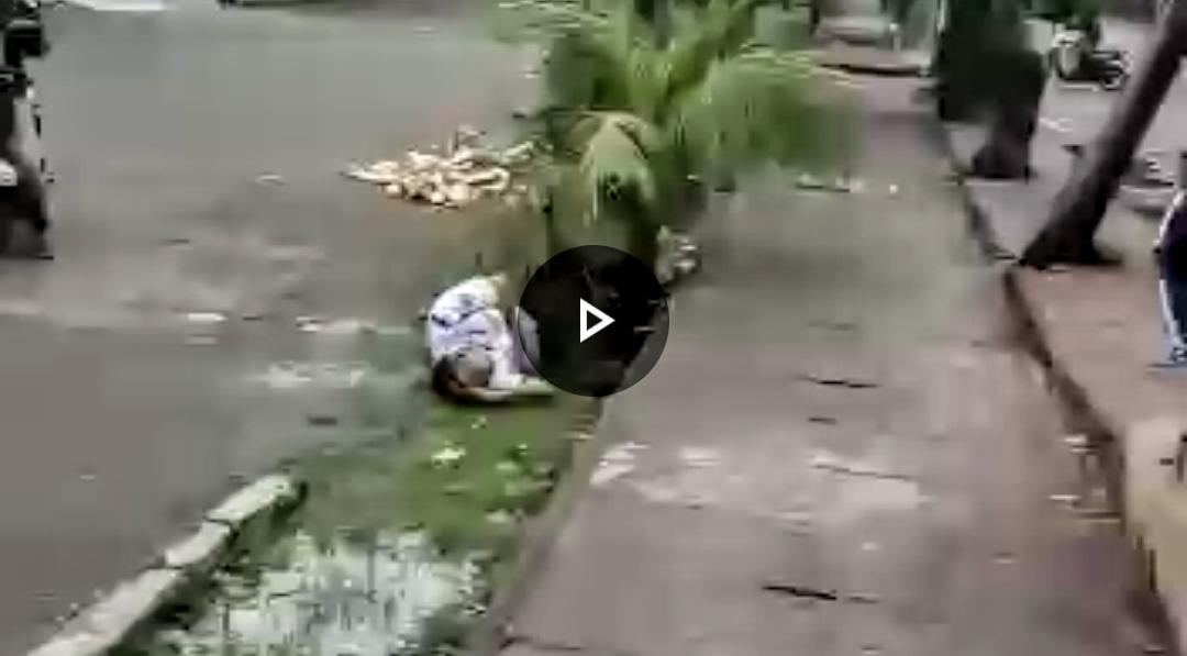 Video viral Seorang Satpam ditemukan tergeletak di pinggir trotoar Jalan Iskandar Muda Medan. Foto: Screenshoot video