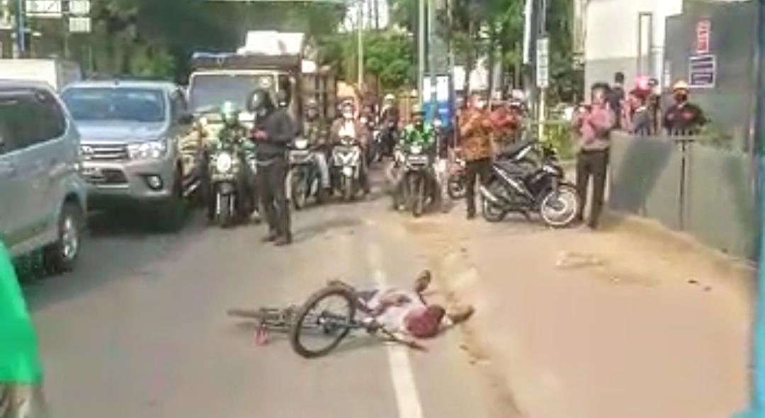 Seorang warga ditemukan tergeletak di pinggir jalan. Foto: Screenshoot video