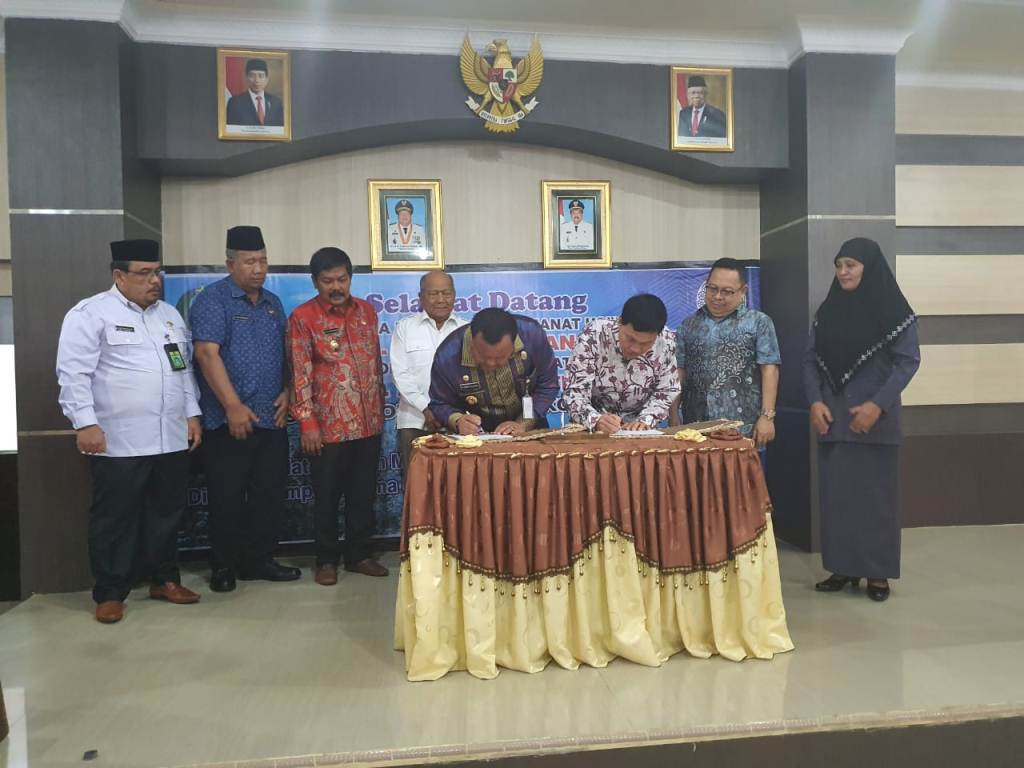 Pemerintah Kota Sibolga dan Universitas Sumatera Utara (USU) menandatangani Memorandum of Agreement (MOA) persiapan pendirian Program Studi Di Luar Kampus Utama (PSDKU), Kamis (5/3/2020). Penandatangan dilakukan Wali Kota Syarfi Hutauruk dan Rektor Usu Runtung Sitepu di Aula Nusantara. Usai penandatangan, rombongan Pemko dan USU mengunjungi Kampus AKN yang akan dijadikan lokasi PSDKU. Foto: Dokumentasi Diskominfo Kota Sibolga/ Mukhlis