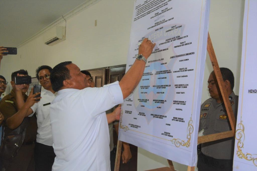 Wali Kota Sibolga M Syarfi Hutauruk, menghadiri pencanangan pembangunan zona integritas menuju Wilayah Bebas Korupsi (WBK) dan Wilayah Birokrasi Bersih Melayani (WBBM), di Aula Polres Sibolga pada Rabu (11/3/2020). Syarfi mengatakan, zona integritas penting dalam memberi pelayanan terbaik kepada masyarakat. Penandatangan ini dilakukan bersama Kapolres Sibolga AKBP Triyadi, Kajari Sibolga Hendri Nainggolan, Ketua Pengadilan Negeri Sibolga Martua Sagala dan sejumlah pejabat lainnya. Foto: Dokumentasi Diskominfo Sibolga