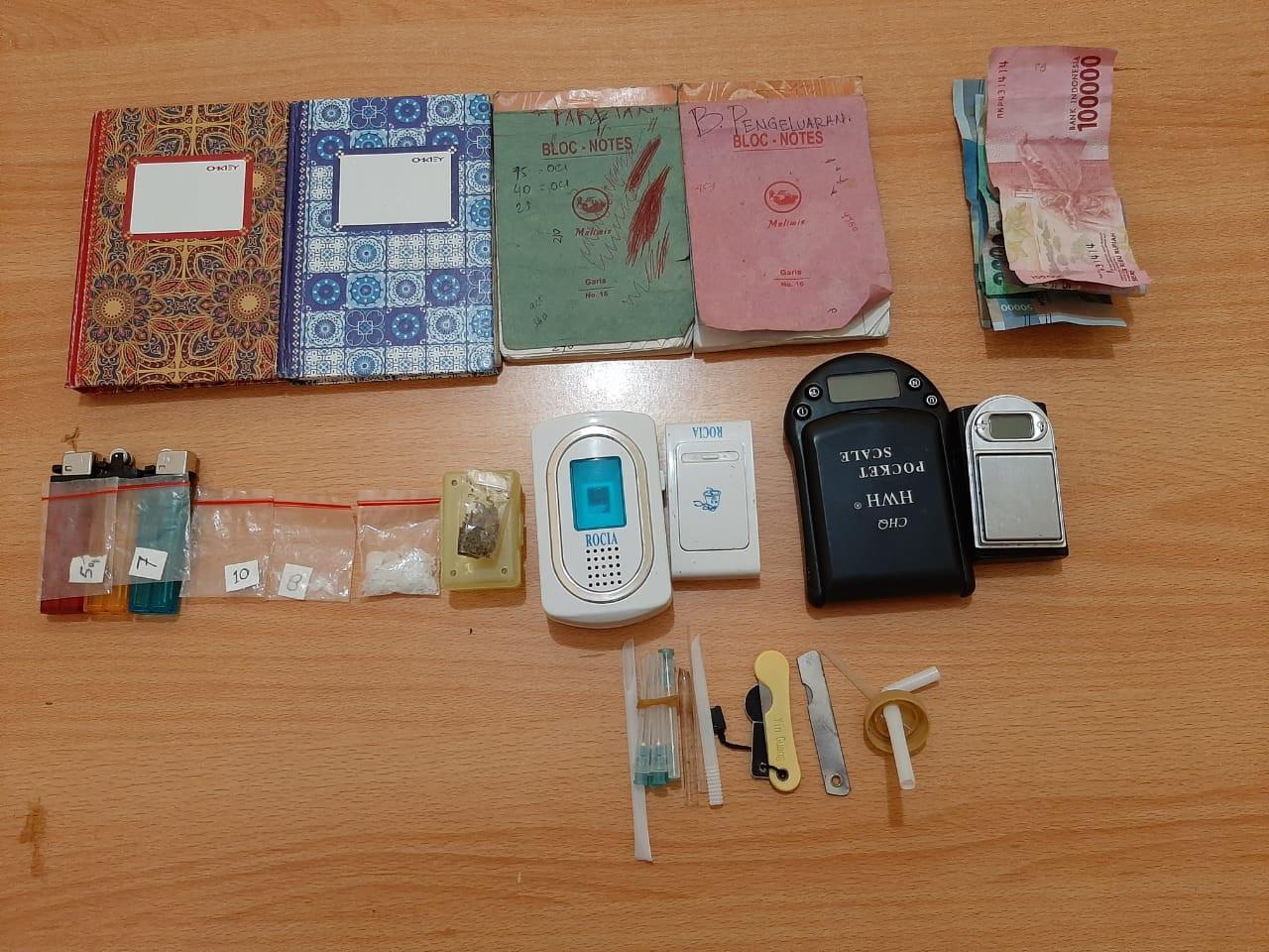 Barang bukti yang diamankan Satres Narkoba Polres Tapteng dalam penggrebekan di Pondok DNA. Foto: Istimewa