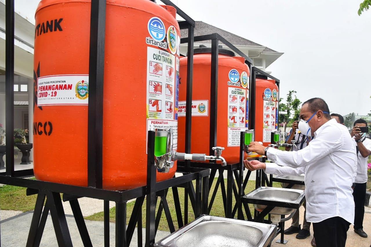 Gubernur Sumatera Utara Edy Rahmayadi membagikan secara simbolis tempat cuci tangan portabel ke seluruh kecamatan yang ada di Kota Medan. Foto Biro Humas dan Keprotokolan Setdaprov Sumut: Veri Ardian