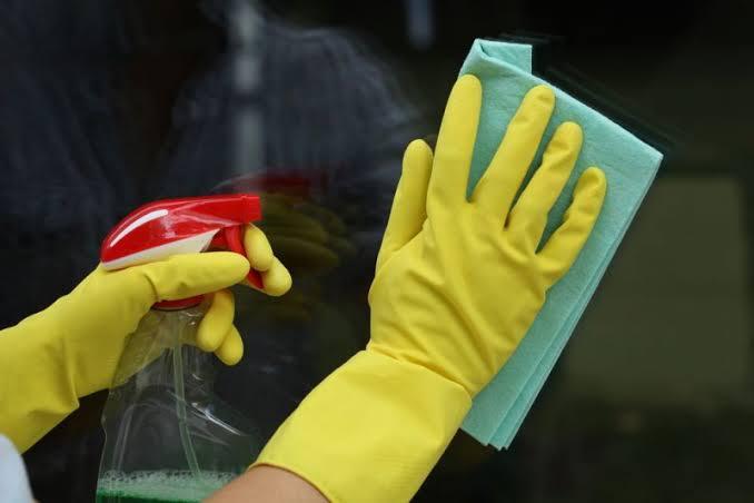 Ilustrasi penyemprotan hand sanitizer.