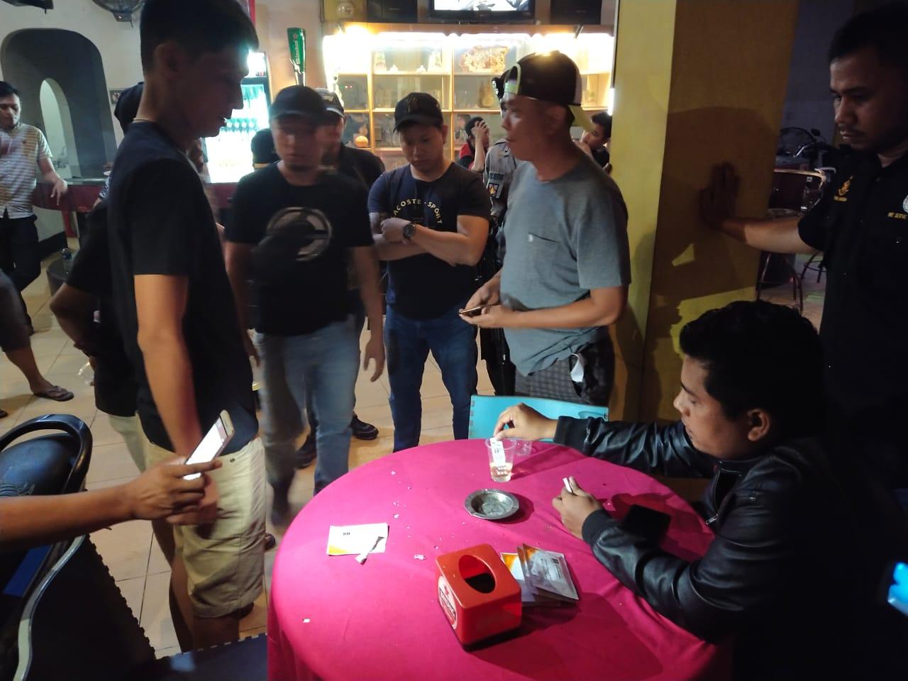 Suasana saat razia digelar di karaoke Hollyland. Foto: Istimewa