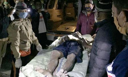 Petugas saat mengevakuasi jenazah Rosman Damanik: Foto: Metro24jam