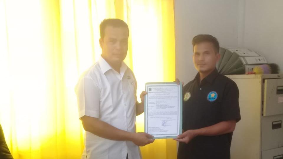 Rijal Allamah Harahap saat mendaftarkan GANN ke Kesbangpol Paluta. Foto: Rakyatsumut.com/ Maraudin Harahap