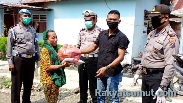 SPB OT bersama Polsek Padang Bolak saat membagikan sembako kepada warga. Foto: Rakyatsumut.com/ Rifai Dalimunthe