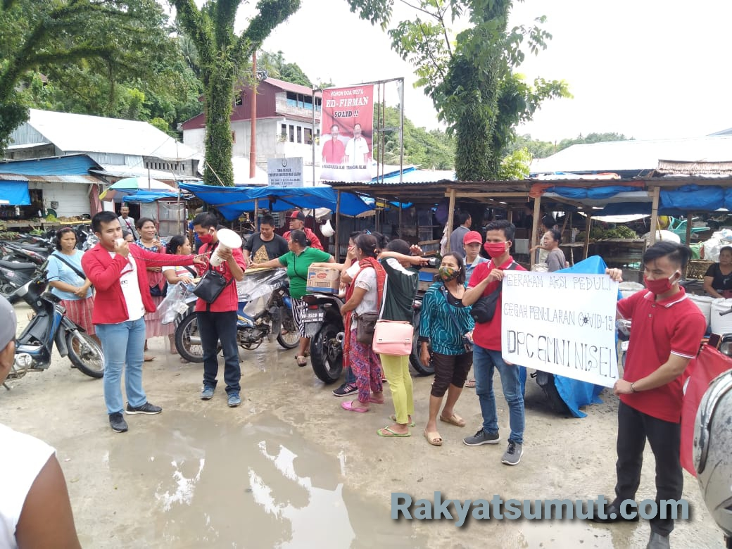 Aksi berbagi masker yang digelar DPC GMNI Nias Selatan. Foto: Rakyatsumut.com/ Saksikan Sarumaha