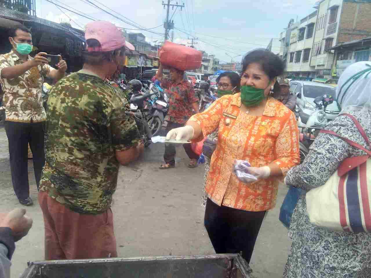 Ikatan Bidan Indonesia (IBI) kabupaten Karo membagikan masker. Foto: metro24.co