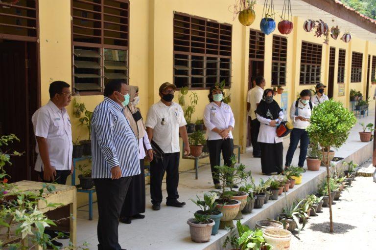 Wali Kota Sibolga, Syarfi Hutauruk bersama tim saat berada di salah satu sekolah. Foto: istimewa