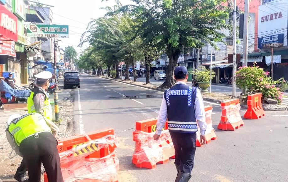 Petugas saat melakukan penutupan sejumlah ruas jalan di Medan. Foto: Istimewa