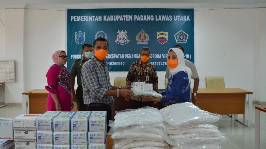 Bupati Paluta, Andar Amin Harahap saat menerima bantuan dari Provsu. Foto: Istimewa.