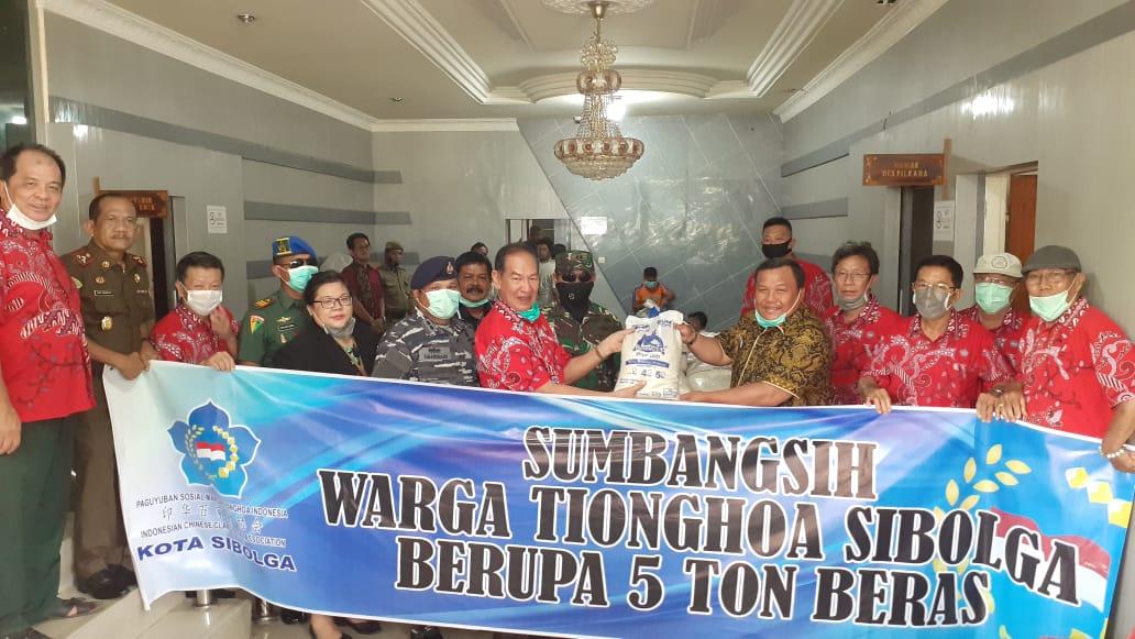 Warga Tionghoa serahkan bantuan 5 Ton beras yang diserahkan secara simbolis oleh Andri Parlinggoman kepada Wali Kota Sibolga, Syarfi Hutauruk. Foto: Rakyatsumut.com/ Mirwan Tanjung