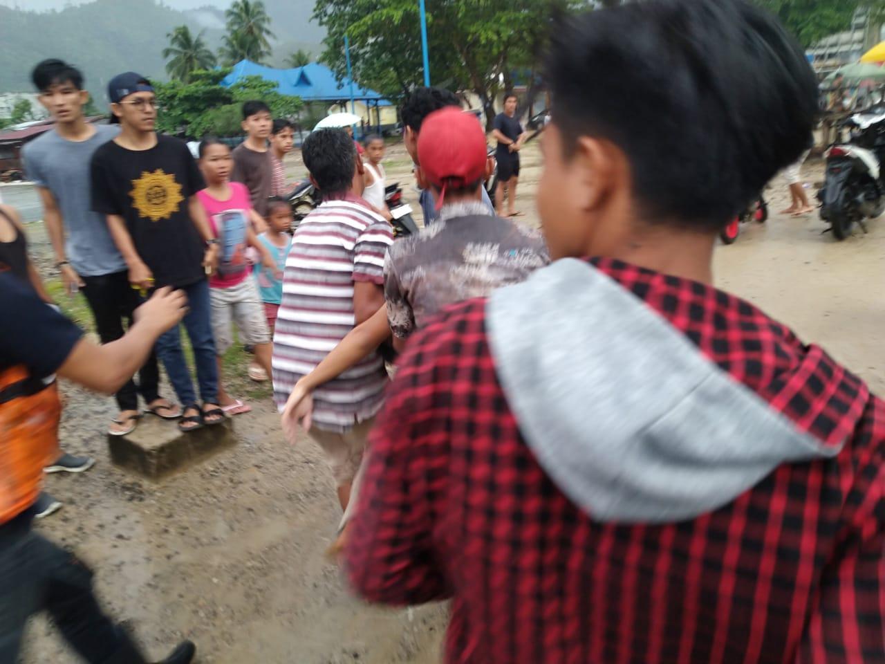 Warga saat mengangkat korban. Foto: istimewa