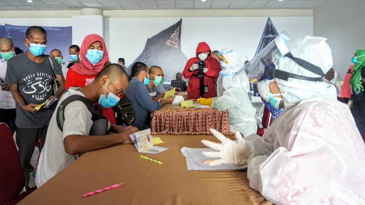 Ratusan TKI asal Malaysia tiba di Bandara Kualanamu Kabupaten Deliserdang. Foto: Rakyatsumut.com/Ucis