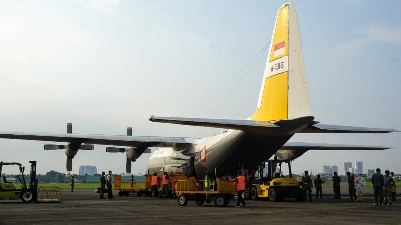 Pesawat Hercules milik TNI AU yang mengangkut puluhan ribu APD dan masker tiba di Lanud Soewondo Medan. Foto: Istimewa