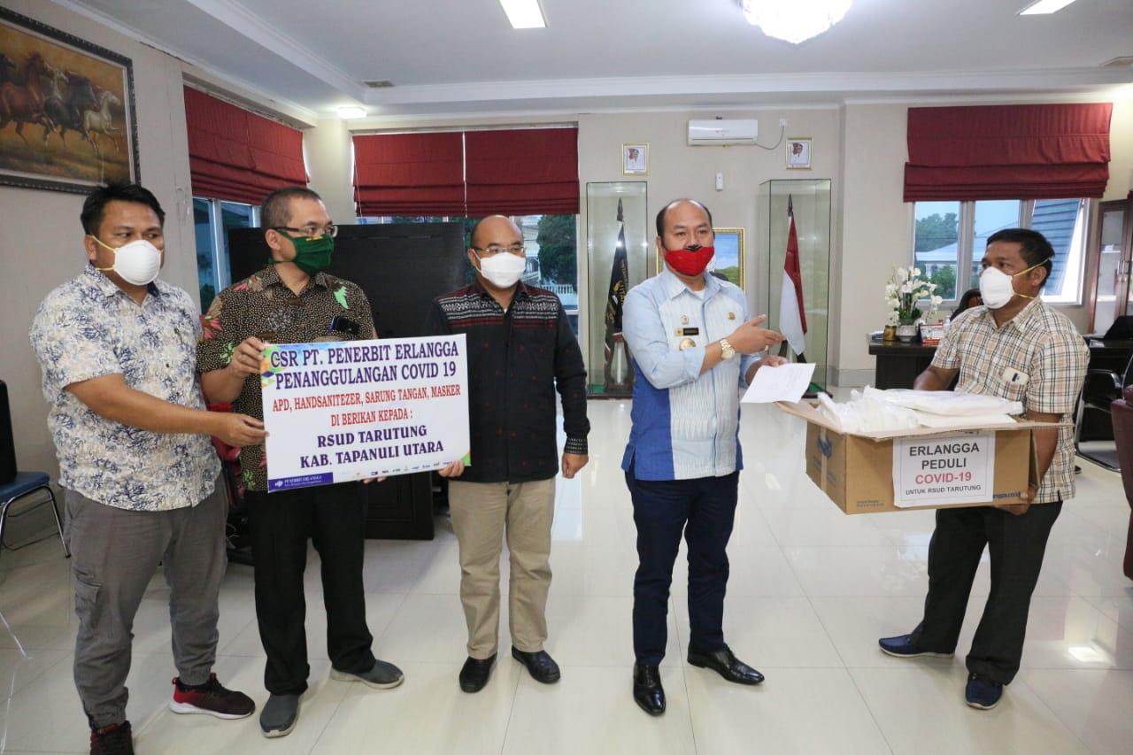 Bupati Nikson Nababan (mengenakan masker merah) saat menerima sumbangan donatur untuk penanganan covid-19. Foto: Istimewa