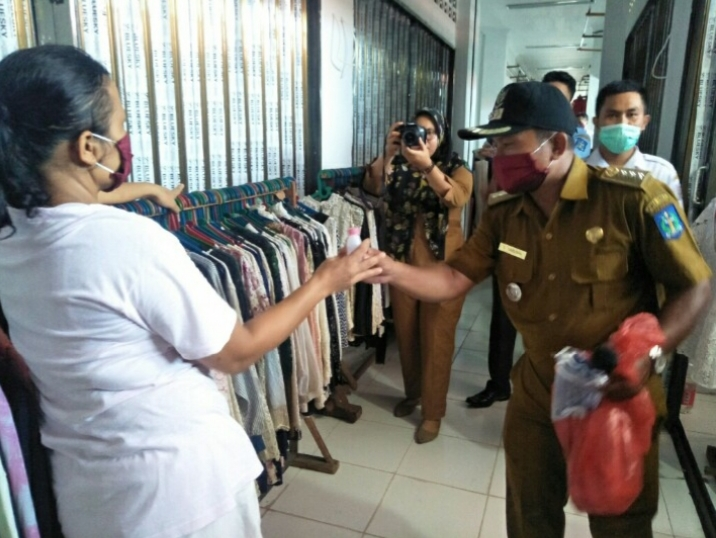 Camat Sibolga Selatan Sabhan Tambunan saat memberikan hand sanitizer kepada pedagang. Foto: Istimewa